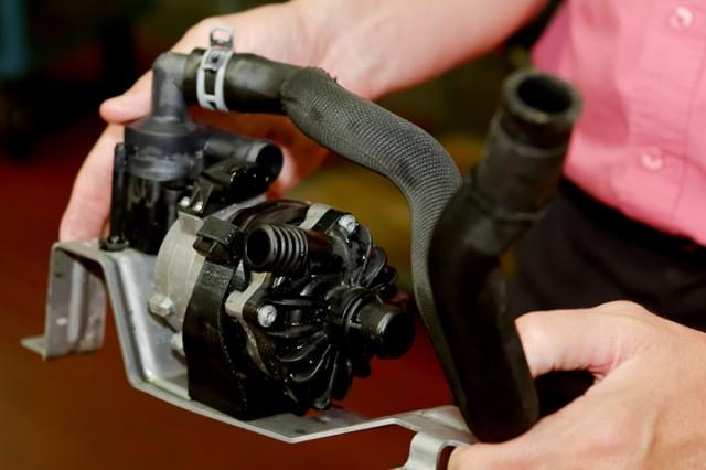 Pompe à eau éléctrique du circuit basse température.