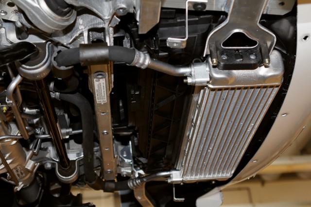 Radiateur d'huile situé sous le moteur.