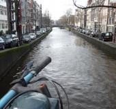Un canal, avec son vélo...